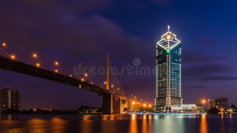 Rama 9 γέφυρα και κτήριο Kasikorn στοκ εικόνες