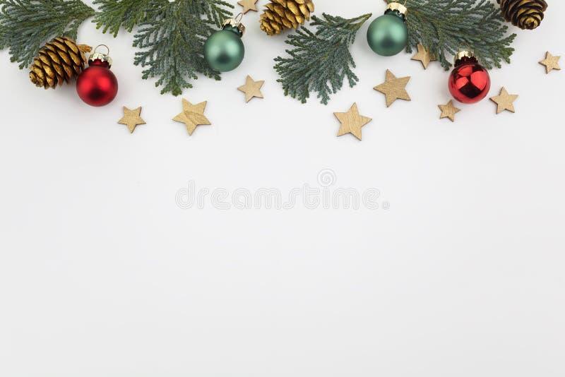 Rama bożonarodzeniowa wykonana z piłeczek w kształcie jodły Papier świąteczny Płaska warstwa, widok u góry, odstęp między kopiami fotografia stock
