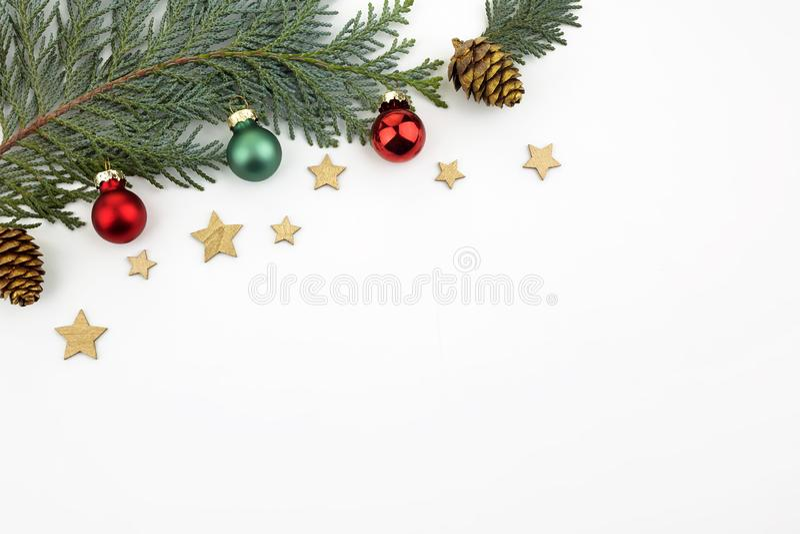 Rama bożonarodzeniowa wykonana z piłeczek w kształcie jodły Papier świąteczny Płaska warstwa, widok u góry, odstęp między kopiami zdjęcie royalty free