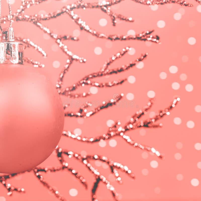 Rama brillante con monocromo coralino de vida de la chuchería de la Navidad con la nieve, espacio de la copia foto de archivo libre de regalías