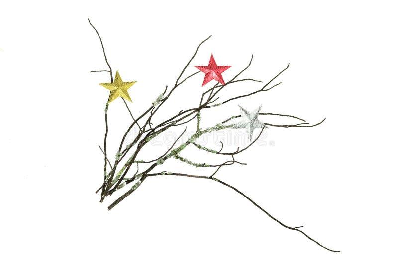 Rama cubierta de musgo seca del árbol de abeto con las estrellas del juguete de la Navidad aisladas en el fondo blanco fotografía de archivo