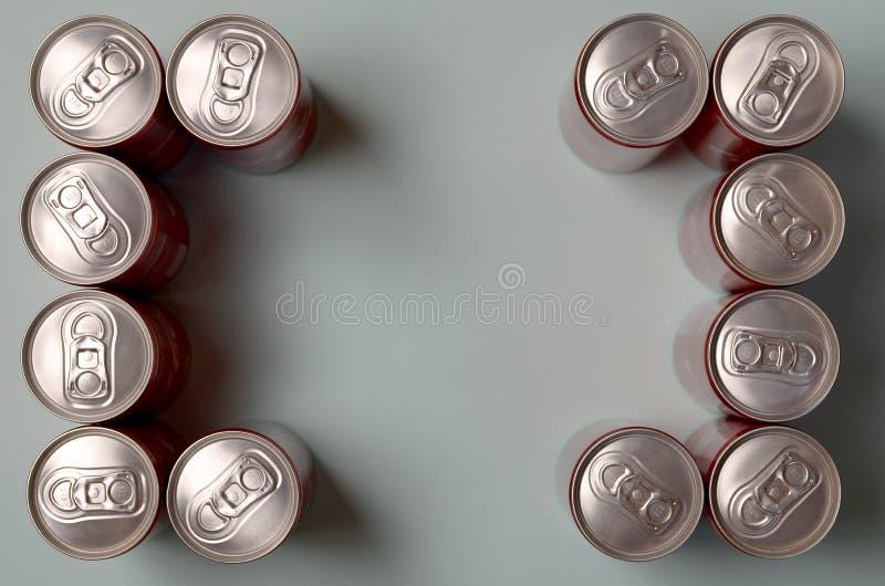 Rama czerwony napój blaszanej puszki koka-kola kłaść na pastelowym błękitnym tle obrazy stock
