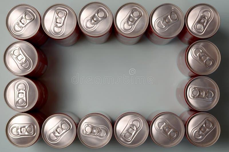 Rama czerwony napój blaszanej puszki koka-kola kłaść na pastelowym błękitnym tle zdjęcia royalty free