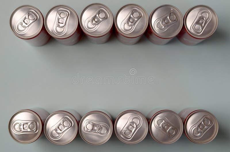 Rama czerwony napój blaszanej puszki koka-kola kłaść na pastelowym błękitnym tle fotografia stock