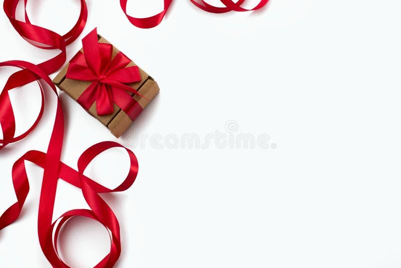 Rama czerwony tasiemkowy kierowy biały tło prezenta pojęcie Valentine& x27; s dzień, women& x27; s dzień, mother& x27; s dzień fotografia royalty free