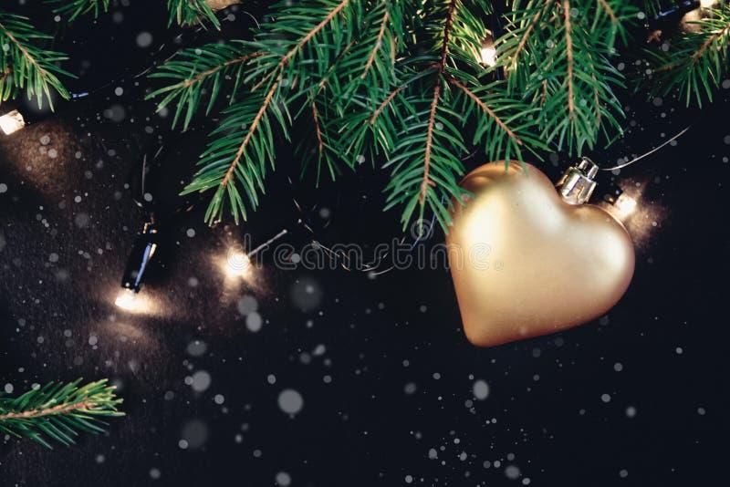 Rama de árbol de abeto con la decoración de la Navidad cubierta con nieve Aislado en el fondo blanco foto de archivo