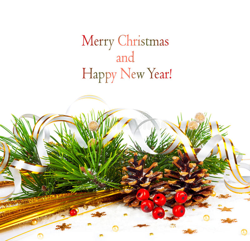 Rama de árbol de navidad con la serpentina y los conos del oro fotografía de archivo