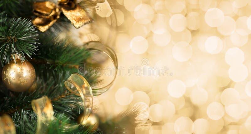 Rama de árbol de navidad con el fondo de oro borroso fotos de archivo