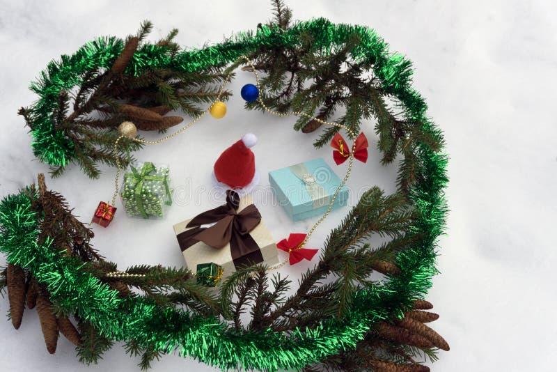 Rama de árbol de navidad con las cajas de la nieve y de regalo En el fondo blanco con el espacio de la copia imagen de archivo libre de regalías