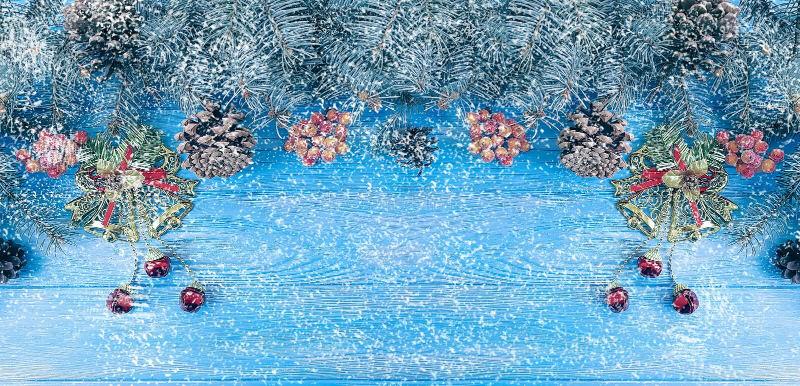 Rama de árbol de navidad en un fondo de madera azul, decoración de la nieve fotografía de archivo libre de regalías