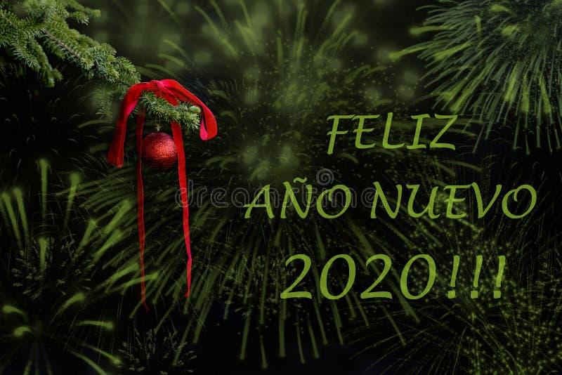 Rama de ?rbol de abeto con la bola roja del brillo y cinta en fondo oscuro efectos Postal 2020 de los saludos del Año Nuevo fotos de archivo libres de regalías
