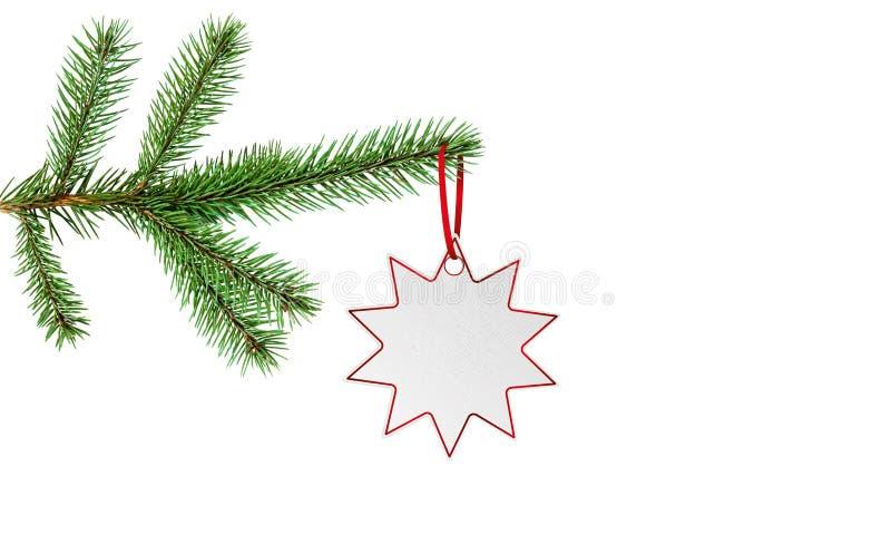 Rama del árbol de abeto con la etiqueta engomada del precio de la estrella aislada en blanco con el espacio de la copia fotografía de archivo
