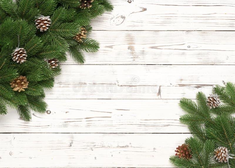 Rama del abeto de la decoración de la Navidad y cono del pino en el fondo de madera blanco imágenes de archivo libres de regalías
