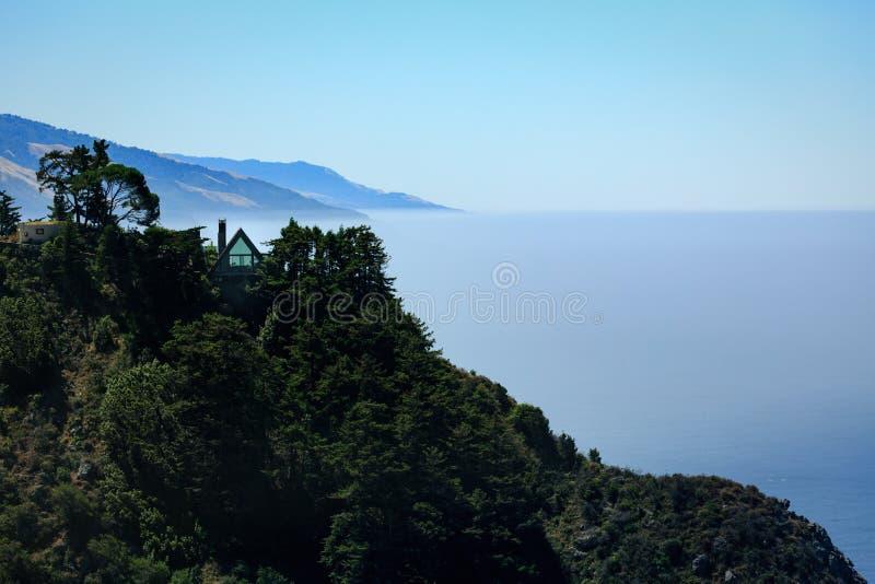 Rama dom gnieździł się na górze falezy na Dużym Sura wybrzeżu zdjęcie stock