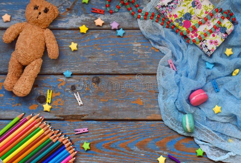 Rama dziecięca z zabawką, ołówkami, papierowymi gwiazdami, misiami Koncepcja strefy dzieci Umieść tekst obrazy stock