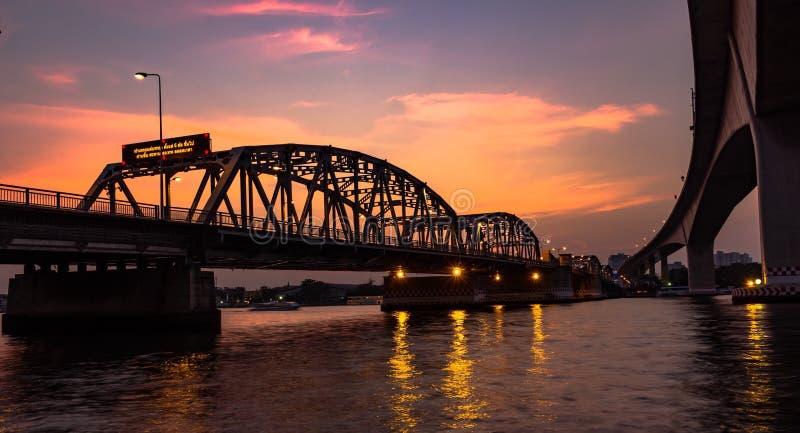 Rama III桥梁和日落河phrya泰国曼谷 免版税图库摄影