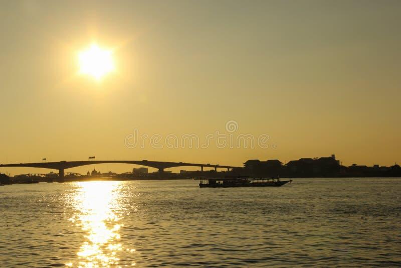Rama III Brug in de zonsondergangtijd royalty-vrije stock fotografie