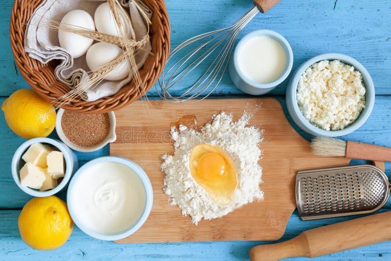 Rama karmowi składniki dla piec na błękitnym drewnianym tle, kulinarny mieszkanie nieatutowy zdjęcie royalty free