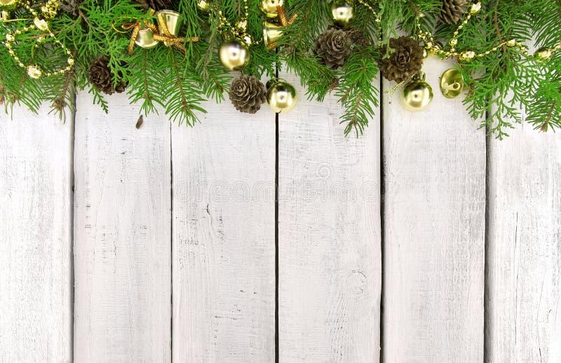 Rama od dekorującej choinki na białym nieociosanym drewnianym backg fotografia stock