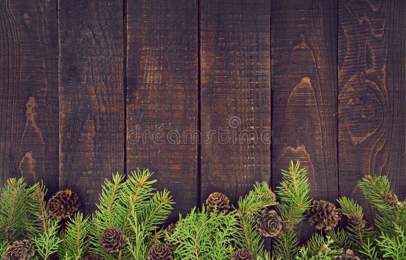 Rama od dekorującej choinki na nieociosanym drewnianym tle obraz stock