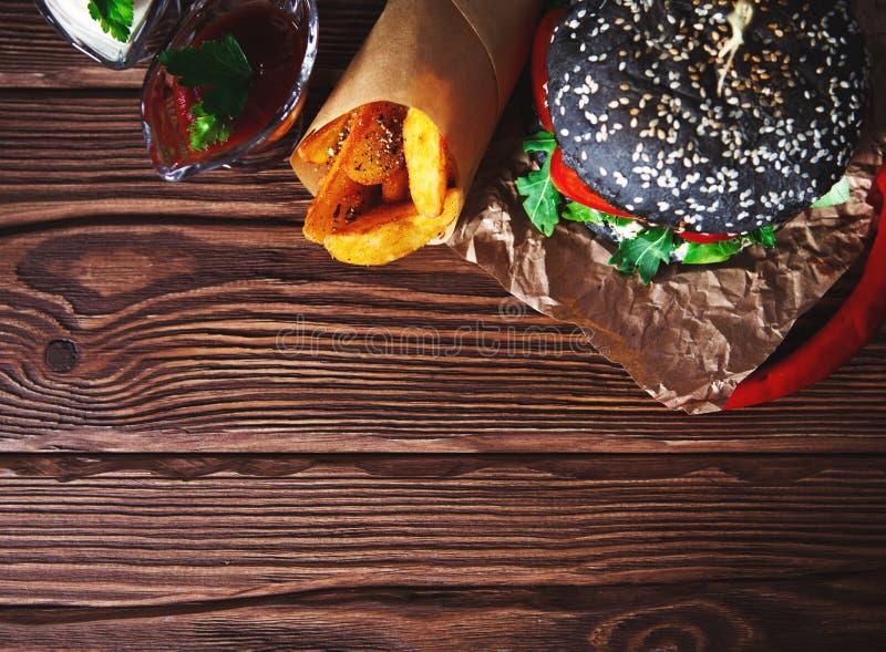 Rama od różnorodnego jedzenia, hamburgery, sałatka, warzywa, kumberlandy, odgórny widok Outdoors karmowy pojęcie obrazy stock