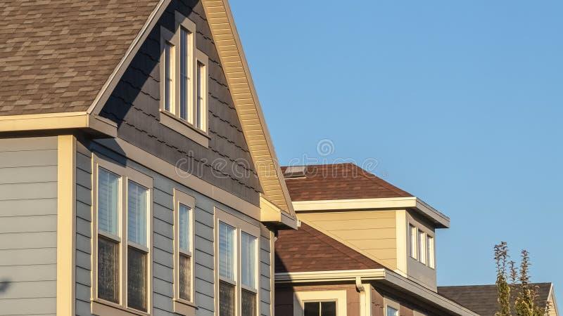 Rama panoramiczna Górne fasady szeregu drewnianych domów zdjęcie royalty free