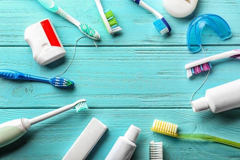 Rama robić toothbrushes, pasta i stomatologiczny floss, na drewnianym tle zdjęcia stock