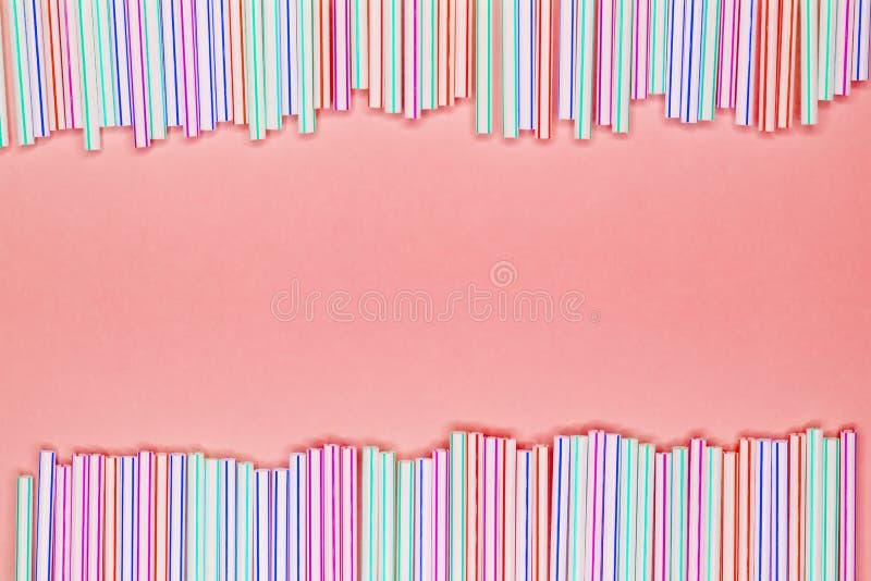Rama stubarwne pasiaste plastikowe słoma na koral menchii tle z kopii przestrzenią target1626_0_ odpady obrazy stock