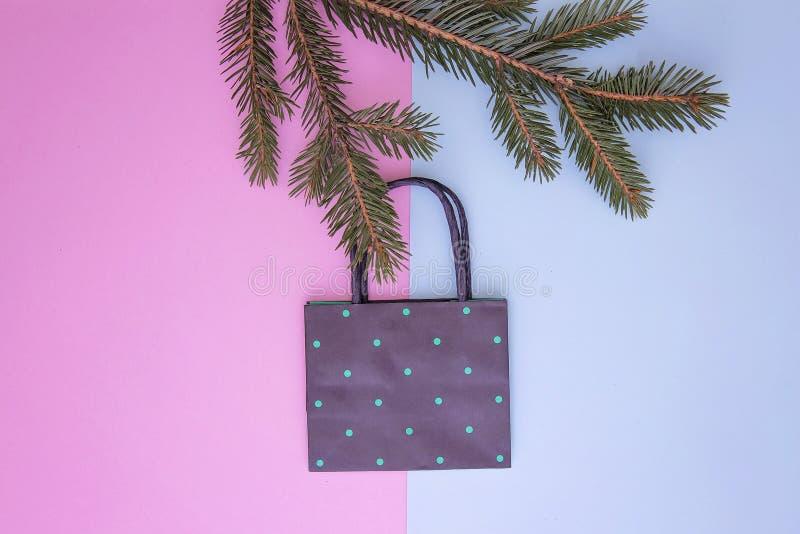 Rama torba na zakupy obwieszenie na choince kapuje kolorowe tło Xmas sklep, sprzedaż i prezenta pojęcie, wierzchołek zdjęcie royalty free