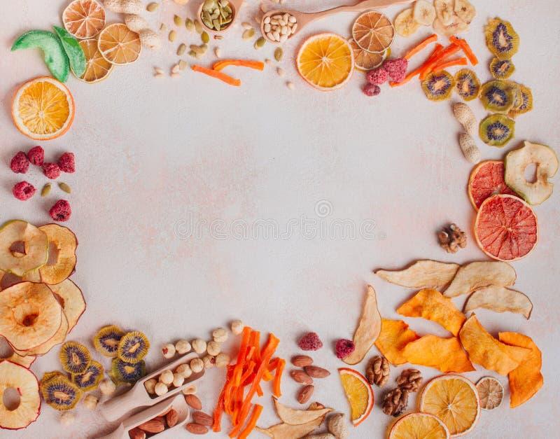 Rama wysuszony - owoc i warzywo układy scaleni, candied bania plasterki, dokrętki i ziarna, zdjęcie royalty free