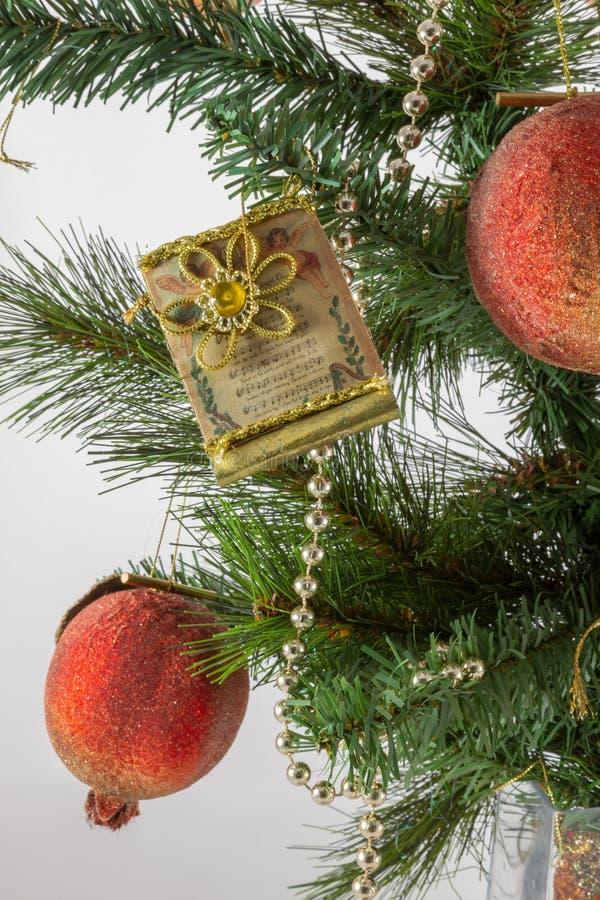Rama y decoración de árbol de navidad en un florero imágenes de archivo libres de regalías