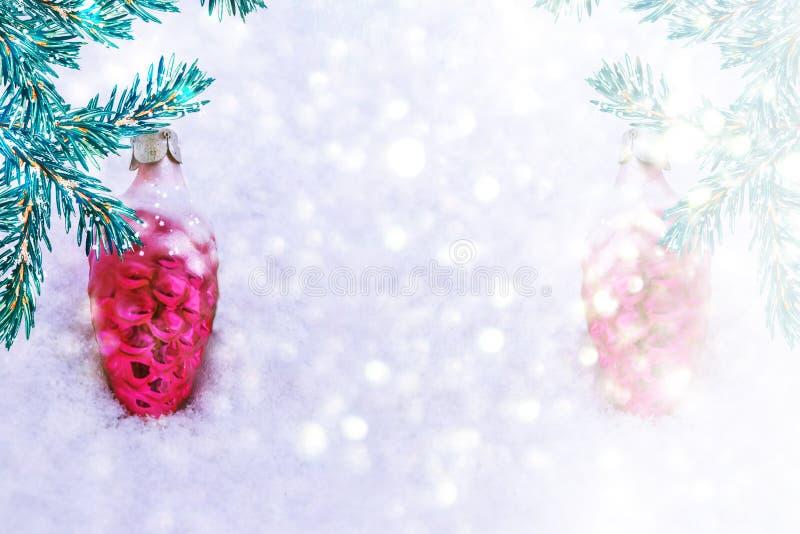 Rama y juguetes del pino en un fondo del sn blanco imagen de archivo libre de regalías