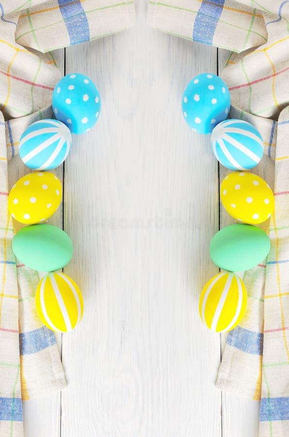 Rama z Wielkanocnymi jajkami malował w pastelowych kolorach na białym tle Rama obraz royalty free