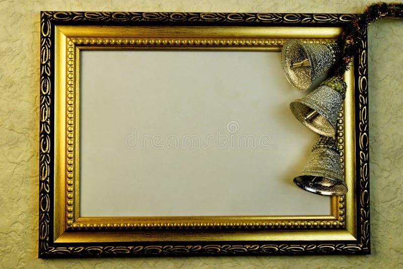 Rama z złocistym ornamentem i świątecznymi srebnymi dzwonami fotografia stock