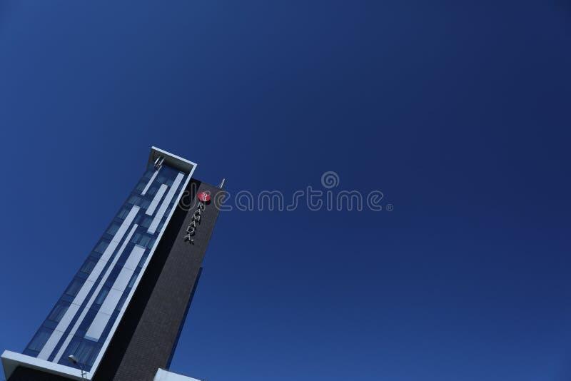 Ramada-Hotel und blauer Himmel lizenzfreie stockfotografie