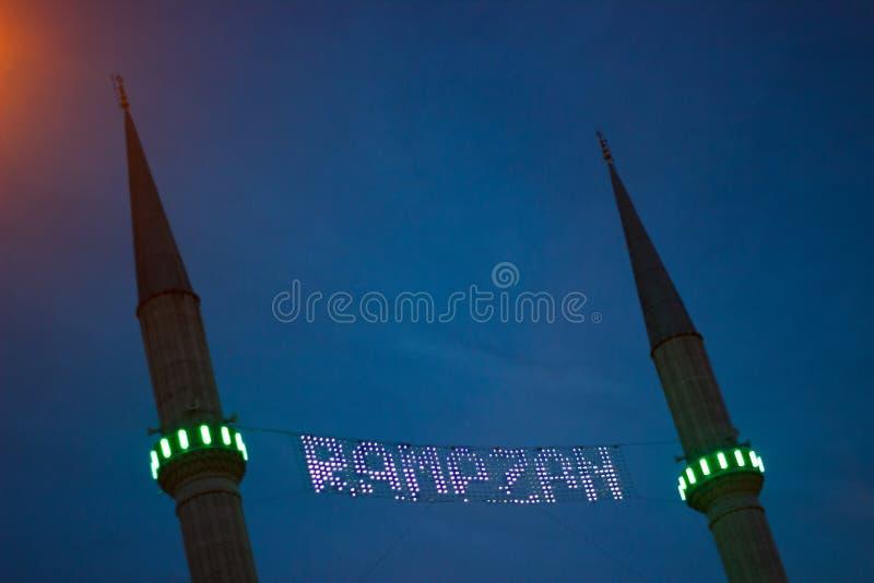 Ramadan που γράφεται μεταξύ των μιναρών, ιερός μήνας για μουσουλμάνους στοκ εικόνες με δικαίωμα ελεύθερης χρήσης