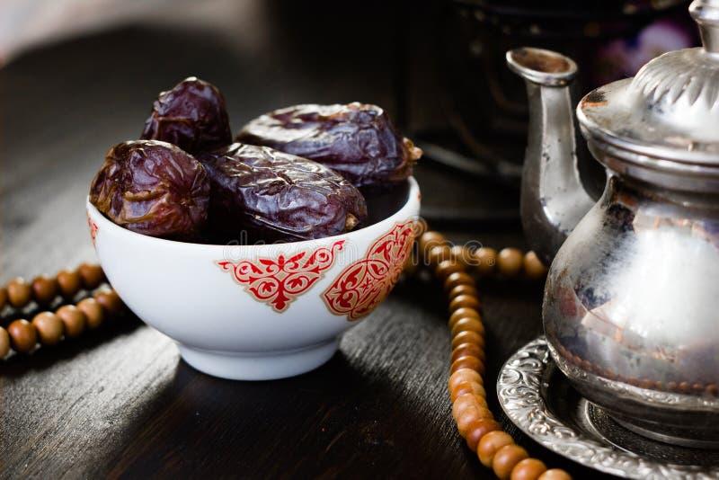 Ramadan die - data voor iftar in kom op houten lijst vasten stock afbeeldingen