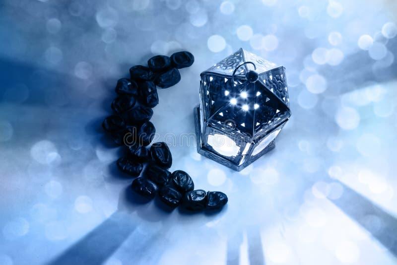 Ramadan, iftar Tabellenaufbau Frucht der getrockneten Dattel vereinbart in der Mondform und in gl?hender marokkanischer Laterne d stockfotos