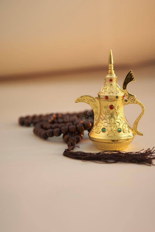 Ramadan Kareem, εορταστικός χαιρετισμός, γιρλάντα με το δοχείο τσαγιού στοκ φωτογραφία