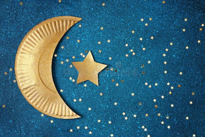 Ramadan Kareem bakgrund med det guld- halvmånformigt och stjärnor Hälsningkort för muslimsk ferieRamadan royaltyfri foto