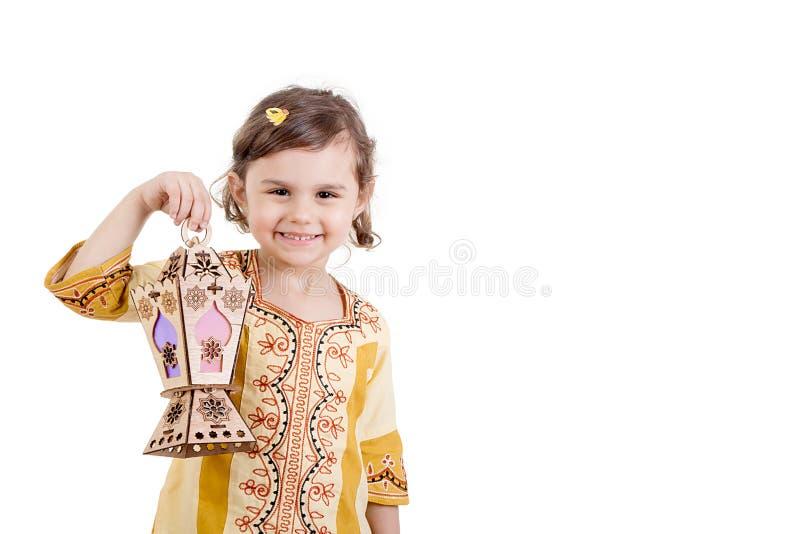 Ramadan Kareem - chica joven que sonríe y que sostiene la linterna del Ramadán