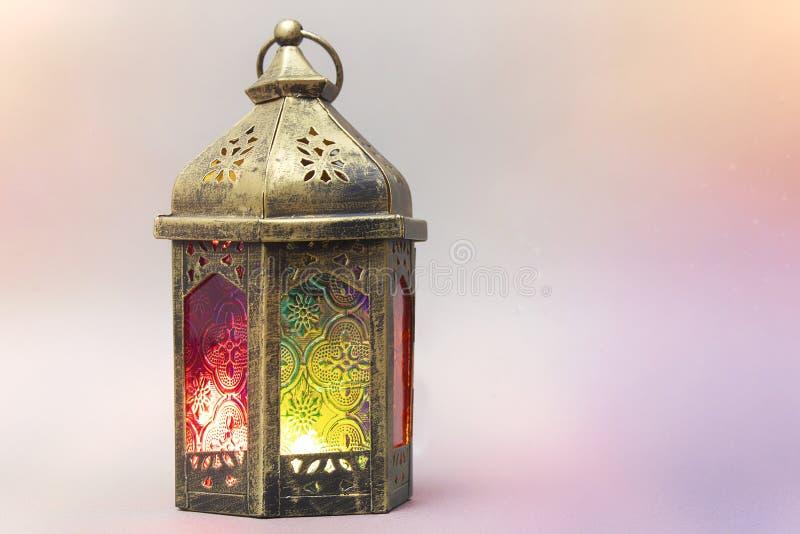 ramadan kareem Dekorativ arabisk lykta med en brinnande stearinljus Festligt hälsa kort med ljusa effekter, inbjudan till royaltyfri fotografi