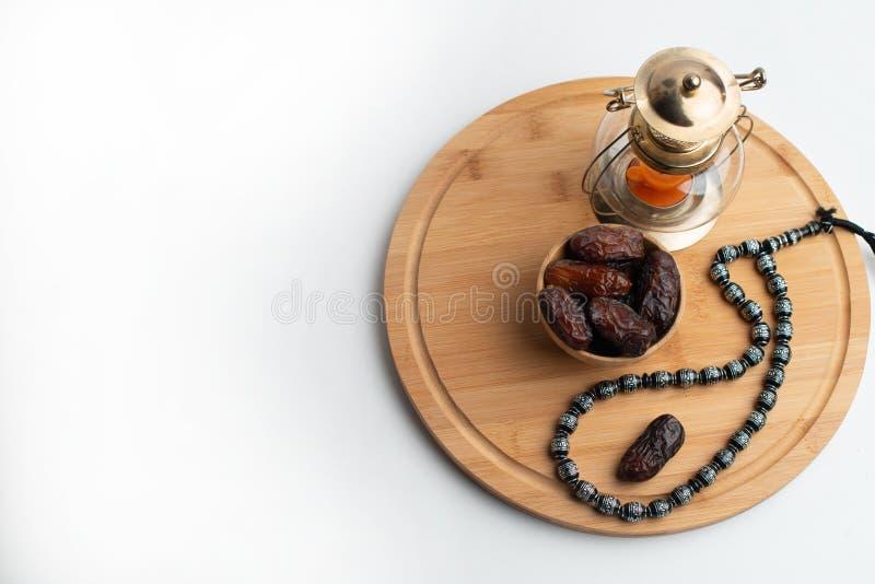 Ramadan Kareem Festival, datas na bacia de madeira com lâmpada e rosário da vela fotos de stock