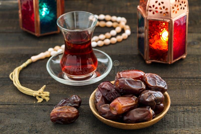 Ramadan Kareem Festive, Abschluss oben von Daten an der hölzernen Platte und ro lizenzfreie stockfotos