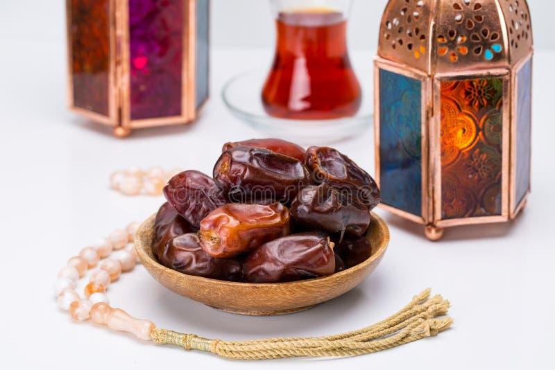 Ramadan Kareem Festive, Abschluss oben von Daten an der hölzernen Platte und ro stockfotos