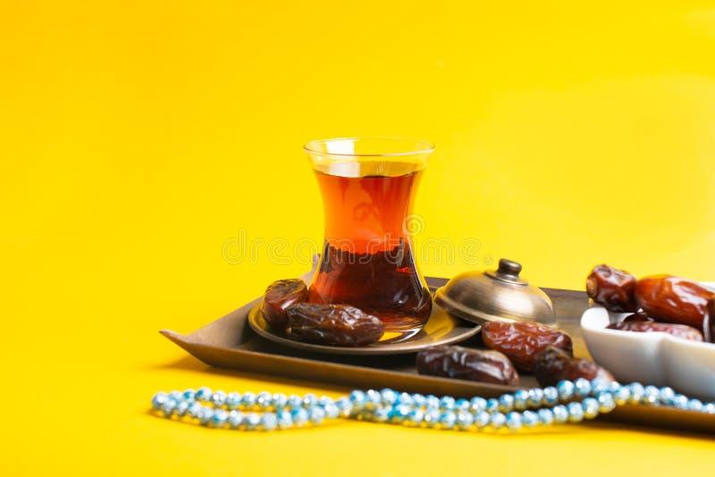 Ramadan Kareem festiwal, daty na drewnianym pucharze z fili?ank? czarna herbata i r zdjęcia stock