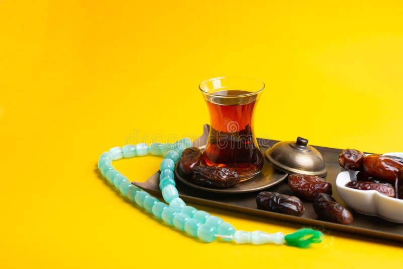 Ramadan Kareem festiwal, daty na drewnianym pucharze z fili?ank? czarna herbata i r obraz royalty free