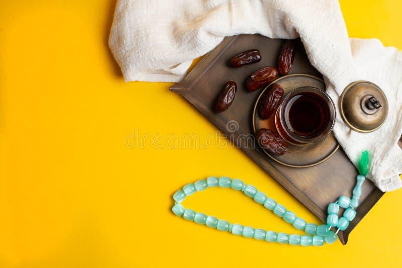 Ramadan Kareem festiwal, daty na drewnianym pucharze z fili?ank? czarna herbata i r obraz stock