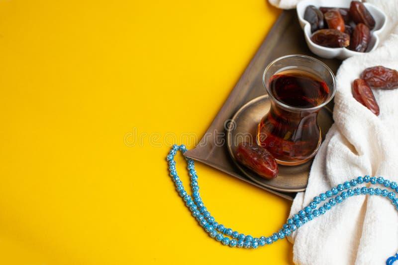 Ramadan Kareem festiwal, daty na drewnianym pucharze z fili?ank? czarna herbata i r zdjęcie royalty free