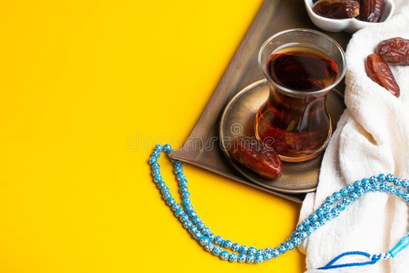 Ramadan Kareem festiwal, daty na drewnianym pucharze z fili?ank? czarna herbata i r fotografia stock